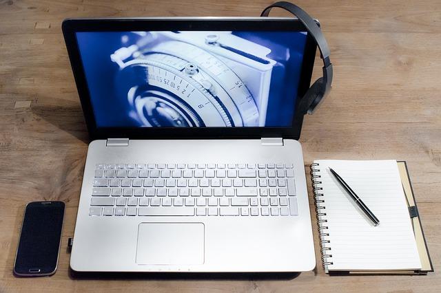 sluchátka na monitoru.jpg