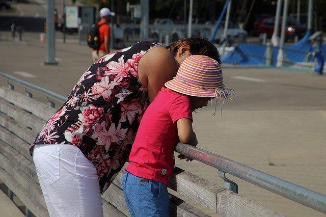 máma s dítětem u zábradlí