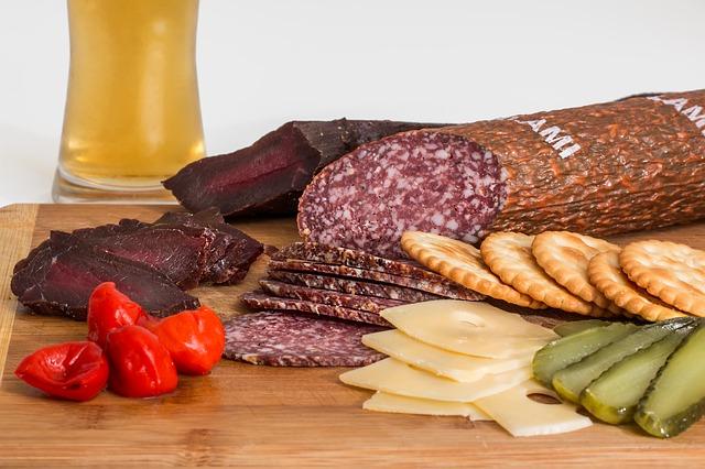 uzené hovězí maso a salám