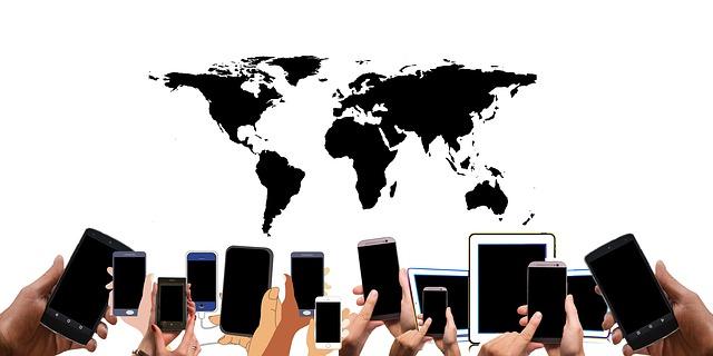 mapa světa a telefony v rukách.jpg