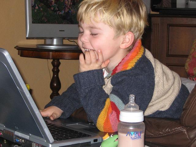 malé dítě za notebookem